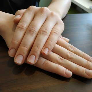 クリアネイルのトップにマットジェルを重ねて一見自爪のような施術を施してあります。自爪の補強をしたいけどジェルのできない環境の方におすすめです☺️💕 #オールシーズン #オフィス #ハンド #ワンカラー #ショート #クリア #ジェル #お客様 #レノンアイ #ネイルブック