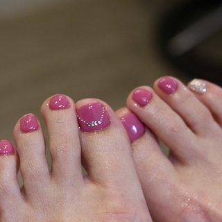夏といえばフットネイル❤️ ピンクがとても可愛らしいです☺️ #フットネイル#ピンクネイル#ワンポイント #夏ネイル#海 #夏 #オールシーズン #海 #フット #シンプル #ラメ #ミディアム #ピンク #ジェル #お客様 #島根県出雲市✴︎チョコネイル✴︎ #ネイルブック