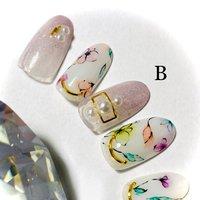 春らしいボタニカルアート。ピンクラメのグラデーションと組み合わせて大人可愛いネイルです。 #春 #ハンド #ラメ #グラデーション #ビジュー #フラワー #パール #ミディアム #ホワイト #ピンク #カラフル #ジェル #ネイルチップ #nail studio...colors #ネイルブック