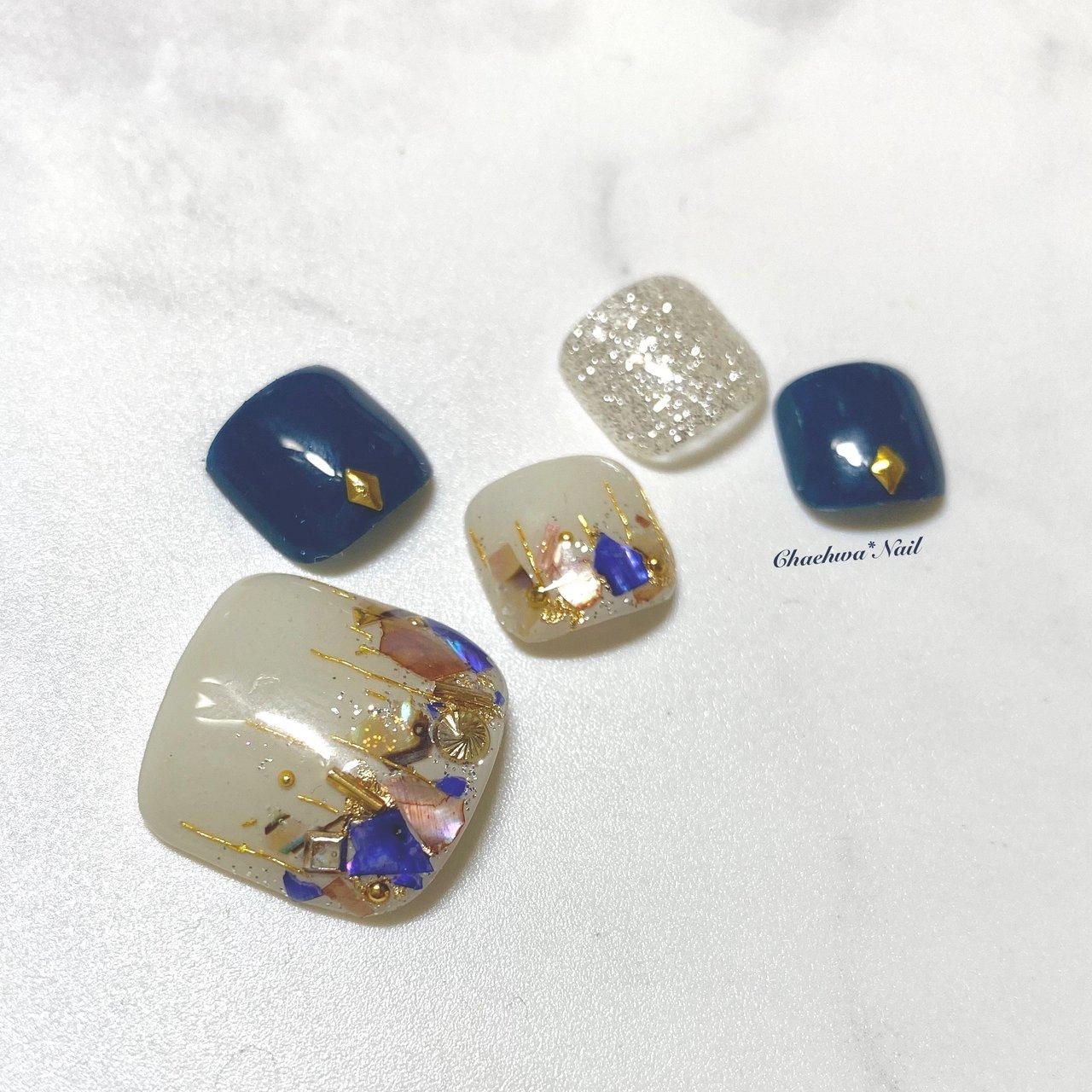 コロナ対策強化しつつ営業再開してます♪  フットにゅーサンプル♡ ネイビー×シェル♡ . サンプル作ると好きな色ばっかり使っちゃうから、色んな色使うように意識してるけど、同じ色使っちゃうw特にラメ。 . ラメはシルバーだけど パーツと箔は敢えてのゴールド。 ゴールドとシルバー両方使うのが好き♡ . #nails #naildesign #nailart #color #instagood #footnail #summer #art #shell #chaehwanail #ネイル#ネイルデザイン #フットネイル #ネイビー #グレージュ #シェル #クラッシュシェル #大人可愛い #カラー #ジェルネイル #川崎ネイルサロン #川崎 #ペディキュア #네일#네일아트#네일스타그램 #젤네일 #여름 #발스타그램 #美甲 . . . ご予約は↓からお願いします! *ネイルブックネット予約(プロフィールのURLから予約可能!) . お問い合わせは↓からお願いします! *LINE@ : @chaehwa_nail(@から検索) *Instagram DM : @chaehwa_nail . ご連絡お待ちしております(*´꒳`*)♪ Chaehwa*Nail #夏 #海 #リゾート #女子会 #フット #ラメ #ワンカラー #シェル #ミディアム #ネイビー #グレージュ #シルバー #ジェル #ネイルチップ #chaehwa_8127 #ネイルブック