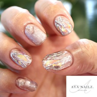 New design nails.💅✨ オーロラをベースに敷き詰めて 涼しげに輝くアート。 ・ ベージュ系でまとめつつ、シルバーなシアー感も、大人ネイルな仕上がり⭐︎ ・ ハンド定額アートコースBとアイラッシュ60本の同時施術キャンペーン実施中です♪ #nail #nailart #naildesigns #gelnail #summernails #大人ネイル #fashion #fashionnails #nails #シアーネイル #AYANAILZ #オールシーズン #ホログラム #ワンカラー #グレージュ #シルバー #ジェル #お客様 #AYA #ネイルブック