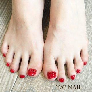 赤ベースに同系色のホロとストーンを使用したデザインです♡  #赤ベース#赤系ストーン#赤ホログラム#大人ネイル#Y/CNAIL#花崎ネイル#キラキラネイル#フットネイル#角質ケア#フットジェル#フット赤#ライトシャム #YCNAIL #ネイルブック