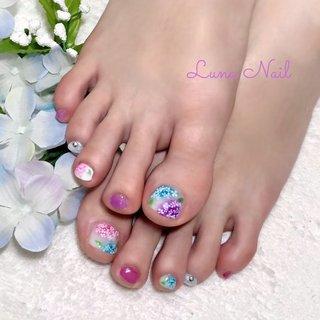 . 紫陽花の季節がやって参りました😊 青や紫、ピンクなど雨に濡れる風情が本当に美しい💓 日本の土壌は弱酸性が多いので、青・紫系が多いそうです✨ 今回は、青・紫・ピンク全てを楽しめるよう、少しずつ配置を変えながら盛りました🤗 紫陽花はもちろん海外にもありますが、大和撫子に似合う日本的な花に感じます😌 鬱陶しい梅雨☔も紫陽花ネイルで気分ルンルンで過ごしましょう❣️ . #ネイル #ネイルデザイン #梅雨 #梅雨ネイル #紫陽花 #紫陽花ネイル #手描きアート #手描きフラワー #長岡京市ネイルサロン #梅雨 #浴衣 #デート #女子会 #フット #フラワー #ショート #ホワイト #ピンク #パープル #ジェル #お客様 #lunanail2018 #ネイルブック