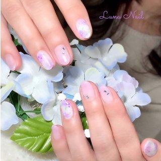 . 紫陽花ネイル💅🏻 6月は「あじさい描いて💕」のオーダーをたくさん頂きます😊 移り変わる淡い花の色は美しくて心が穏やかになりますね🍀 紫陽花の表現方法は色々あるのですが、今回は優しいS様の雰囲気に合わせて、あえて花びらは描き込まずふんわりソフトに仕上げました🎨 指先の紫陽花を眺めれば、雨の多い季節☔もイライラとはさようなら👋🏼出来そうです😉🎶 . #ネイル #ネイルデザイン #梅雨 #梅雨ネイル #紫陽花 #あじさいネイル #上品 #パステル #長岡京市ネイルサロン #梅雨 #浴衣 #デート #女子会 #ハンド #フラワー #ミディアム #ホワイト #ピンク #パープル #ジェル #お客様 #lunanail2018 #ネイルブック
