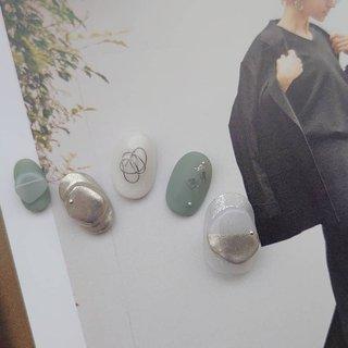 くすみカーキとホワイトに ミラーネイルを合わせた ニュアンスデザイン❤️  ワイヤーと3Dアートを入れて シンプルながら個性あふれるおしゃれな指先に🎶 #春 #夏 #ワンカラー #3D #マット #ミラー #ワイヤー #グリーン #メタリック #スモーキー #ジェル #ネイルチップ #shokonishio #ネイルブック