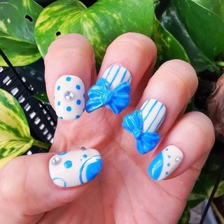 Blue Ribbon Nails  ブルーリボンネイル  蒸し暑い季節!涼しげで可愛い手元に🌬️  ネイルチップなので取り外し可能です。  取れにくいのに、お湯につけると簡単にオフ出来るグミテープを使用。  チップはもちろん繰り返し使えます✨   #nailart #artnail #美甲 #ongle #handpainted #artwork #痛ネイル #キャラクターネイル #3dネイル #個性的 #個性的ネイル #手描き #ネイルサロン大阪 #ネイルサロン兵庫 #ネイルサロン西宮 #プライベートサロン #カウンセリング #カラフルネイル #派手ネイル #アニメネイル #ゲームネイル #quicononails #キコノネイル #nailtips #blue #ribbonnails #オールシーズン #旅行 #ブライダル #パーティー #ハンド #ストライプ #3D #ドット #リボン #ミディアム #ホワイト #水色 #ジェル #お客様 #ルン #ネイルブック