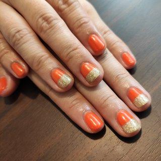 オレンジとakigoldのバイカラーを入れてキラキラの #夏 #秋 #海 #女子会 #ハンド #シンプル #変形フレンチ #ワンカラー #ショート #オレンジ #ゴールド #ジェル #セルフネイル #レノンアイ #ネイルブック