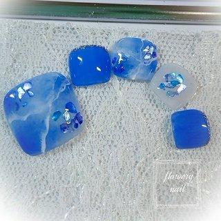 鮮やかなブルーの大理石ネイルになります。 海を意識したカラーにブルーのシェルを散りばめて爽やかな足元に。 サンダルに凄く映えるデザインとなっております。 是非ご利用下さいませ! #春 #夏 #フット #シェル #大理石 #マリン #ショート #ブルー #シルバー #ジェル #ネイルチップ #flowerynail #ネイルブック