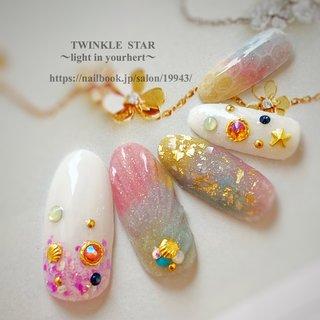 #夏 #デート #女子会 #ハンド #ラメ #ワンカラー #ビジュー #人魚の鱗 #ミディアム #ホワイト #ピンク #ゴールド #ジェル #ネイルチップ #Twinkle Star Akiko #ネイルブック
