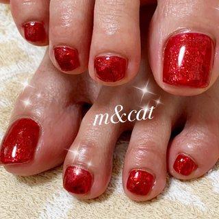 フットネイル!赤のワンカラーに赤のラメを沢山乗せました!すごく映えてエロカワです♡ #夏 #オールシーズン #バレンタイン #フット #シンプル #ホログラム #ラメ #ワンカラー #ミディアム #レッド #ジェル #お客様 #m&cat(エム&キャット) #ネイルブック