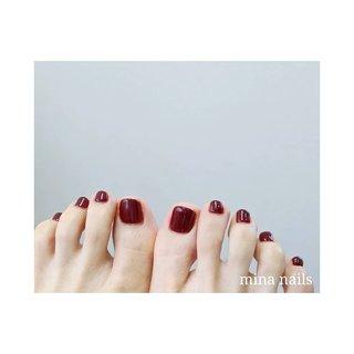 𓆸 色白肌にボルドーが女度上げますね  赤系のフットネイルはわりとどんなファッションや靴の色ともケンカしない万能カラーです  【フットワンカラー】7000円 約300色から選べる♪ 初回オフ込み 5800円 甘皮ケア、指先の角質ケア付き  #石神井公園ネイルサロン #フットネイル #夏フットネイル #ボルドーネイル #夏 #冬 #海 #リゾート #フット #シンプル #ワンカラー #ボルドー #ジェル #お客様 #mina nails #ネイルブック