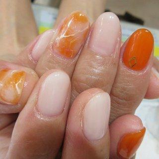 夏に付けたいオレンジネイル  Instagram👉nailsalon bluebeans #夏 #ハンド #ワンカラー #タイダイ #大理石 #オレンジ #ジェル #bluebeans #ネイルブック