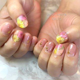 カラフルなフラワーが水に浮いているみたいで とっても可愛いです💕  他のお爪も表面フラットなラメアート✨ ストーンアートがダメなお仕事でも可愛くキラキラ✨ おすすめです。 #春 #夏 #梅雨 #女子会 #グラデーション #ラメ #フラワー #ピンク #カラフル #miwannie #ネイルブック