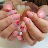ピンクのグラデーションに両手薬指だけドライフラワーで、フラワーフレンチに❣️ とても可愛くてお似合いでした? #オールシーズン #オフィス #ハンド #グラデーション #ホログラム #押し花 #ショート #ピンク #ジェル #お客様 #kao-nail #ネイルブック