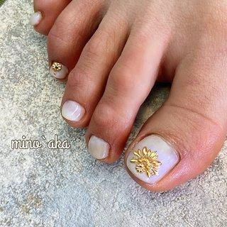 . ✩お客様footネイル✩ . ♡ simple Moroccan ♡ . . やっぱりスタッズは可愛い♥. シンプルなワンカラーも変更パールのオーロラ感が引き立ててくれる♪ . 【サンダルの季節到来!special foot careのお知らせ】 . special foot careで角質除去施した後ホワホワになったfoot♪. ワントーン上がってワンカラーやアートがとても映えます✨. 詳しくはお問合せ下さい🙇♀️ . . . ✐☡ご予約はDM&LINE@:【@fyh3289a】よりご連絡ください( ¨̮ )  #夏 #お客様 #ワンカラー #ラメ #偏光パール #偏光パールネイル #モロッカンネイル #モロッコネイル #モロッコ #モロッコビジュー #スタッズ #スタッズネイル #スタッズアート #ホワイト #ホワイトネイル #乳白色ネイル #ミルキーカラー #フット #フットジェル #フットネイルデザイン #フットネイル夏 #フットケア #フットデザイン #角質 #角質ケア #角質除去 #foot #footnail #footnails #夏 #オールシーズン #海 #デート #フット #シンプル #ワンカラー #ビジュー #エスニック #ニュアンス #ショート #ホワイト #ゴールド #メタリック #ジェル #お客様 #non✱ミノッアカ #ネイルブック