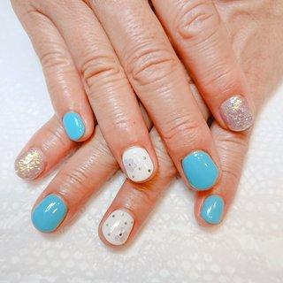 きれいなブルーが映えるネイルデザイン💅 ドットの中にいる、さりげないお花もオシャレです! #夏 #梅雨 #七夕 #海 #ハンド #ラメ #フラワー #ドット #ショート #ホワイト #水色 #ジェル #お客様 #nail palette #ネイルブック