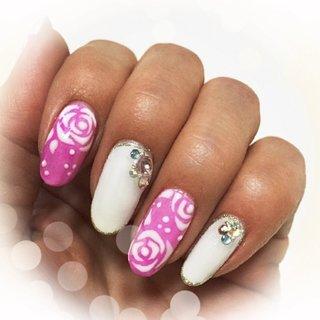 マイネイル(^o^)キレイなピンクとホワイト スワロとバラでアクセント #ハンド #フラワー #ピンク #ジェル #hhr999 #ネイルブック