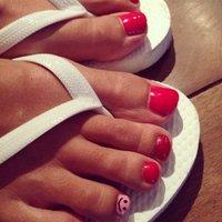 全て赤ではなく、薬指のみピンクにsmileがポイント。プラス2本ラメになってる! #フット #マット #レッド #ジェル #peacefulsmile #ネイルブック