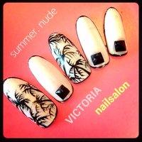 クールな感じに今年のトレンドをとりまぜて。 すてきなやしの木ネイルです★ #ハンド #ホワイト #ジェル #ネイルチップ #victorianailsalon #ネイルブック