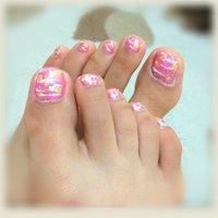 浴衣に合うピンクとホワイトと何種類かのラメを混ぜて塗ったヨーヨーのような柄に仕上げました。 #浴衣 #フット #ラメ #ピンク #マニキュア #セルフネイル #rn_kk09 #ネイルブック