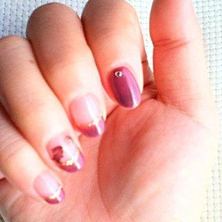 紫ががったワイン色を作りました。くすり指にうさぎがいます。 #ハンド #フレンチ #ジェル #セルフネイル #aki405871 #ネイルブック