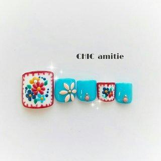 流行りの刺繍柄♡そろそろフットの季節です(*^^*)  インスタもやってます!!→@amitie.chic.nail #春 #オールシーズン #旅行 #リゾート #フット #ワンカラー #ビジュー #フラワー #ショート #レッド #水色 #ブルー #ジェル #ネイルチップ #鈴木千佳子 #ネイルブック