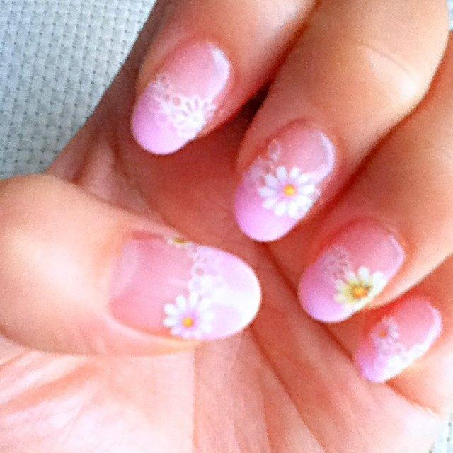 お花をたくさんちりばめました。簡単だけど華やか♪ #ハンド #フラワー #ピンク #ジェル #セルフネイル #aki405871 #ネイルブック