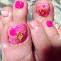 春らしいピンク♡ 違う色味を使っているからオシャレ♡ 親指はマーブル♡ #春 #リゾート #デート #女子会 #フット #マーブル #ピンク #ビビッド #ジェル #お客様 #annail #ネイルブック