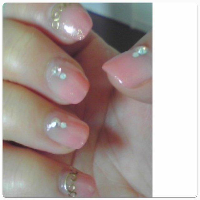 初めてのサロンで勧められたピンクグラデにクリスタルとオパールストーンとロココシールを。短い爪。 #ハンド #グラデーション #ピンク #ジェル #naokonnn #ネイルブック