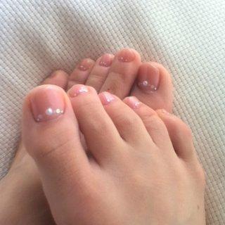 ジェルはピンクとベージュ。パール、丸ホロ2mmと1mmの白とパステルピンクを使用しました。 #デート #フット #ピンク #セルフネイル #aki405871 #ネイルブック
