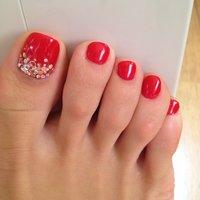 お気に入りの真っ赤なフットジェルで、親指はホロや小さなストーンをたくさんのせてもらいました。 #レッド #123Tsn #ネイルブック