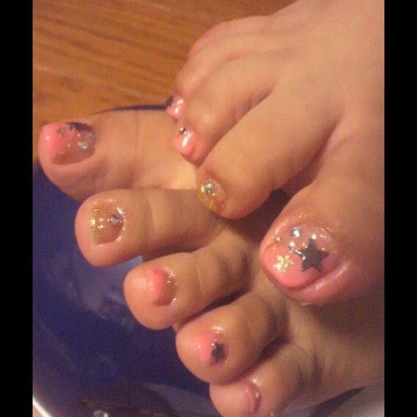 ピンク斜めフレンチ 人差し指はゴールドラメ #chachachaco #ネイルブック