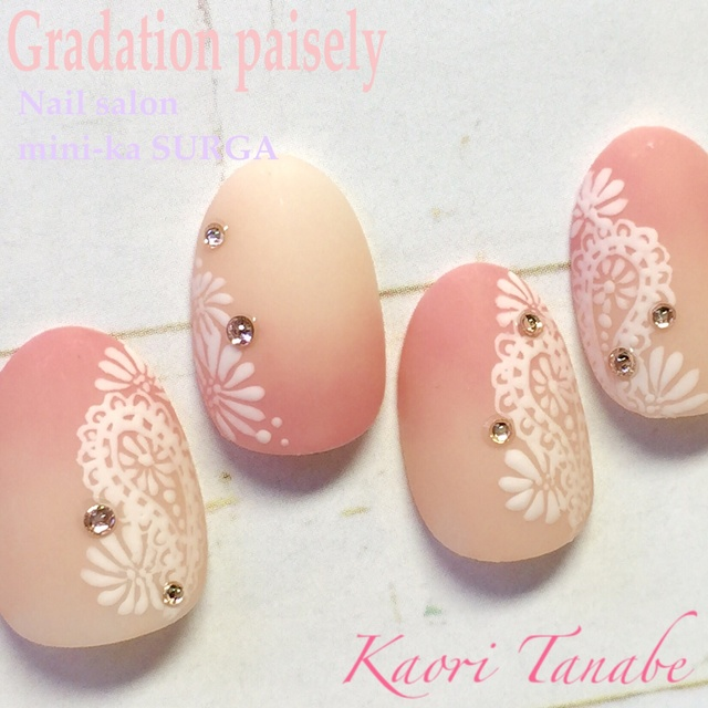 ピンク色2色のグラデーションに、可愛くペイズリー柄♪マットトップ仕上げでふんわり。 #ミディアム #パステル #ピンク #フラワー #ボタニカル #マット #レトロ #ハンド #オフィス #デート #オールシーズン #パーティー #ジェルネイル #kaori_tanabe #ネイルブック