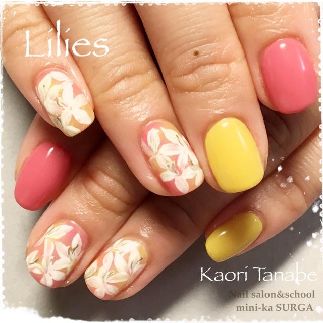 百合の花を敷き詰めて。春の流行色、イエローとピンクが大活躍! #グラデーション #イエロー #フラワー #オフィス #オールシーズン #春 #パステル #ボタニカル #ピンク #ジェルネイル #お客様 #ハンド #ショート #kaori_tanabe #ネイルブック