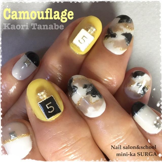 60代のマダムが、流行色でのカモフラージュに挑戦! カルジェルはパーツもしっかり付けてくれます。 #カモフラージュ #アースカラー #イエロー #オールシーズン #女子会 #ジェルネイル #お客様 #ハンド #ショート #kaori_tanabe #ネイルブック