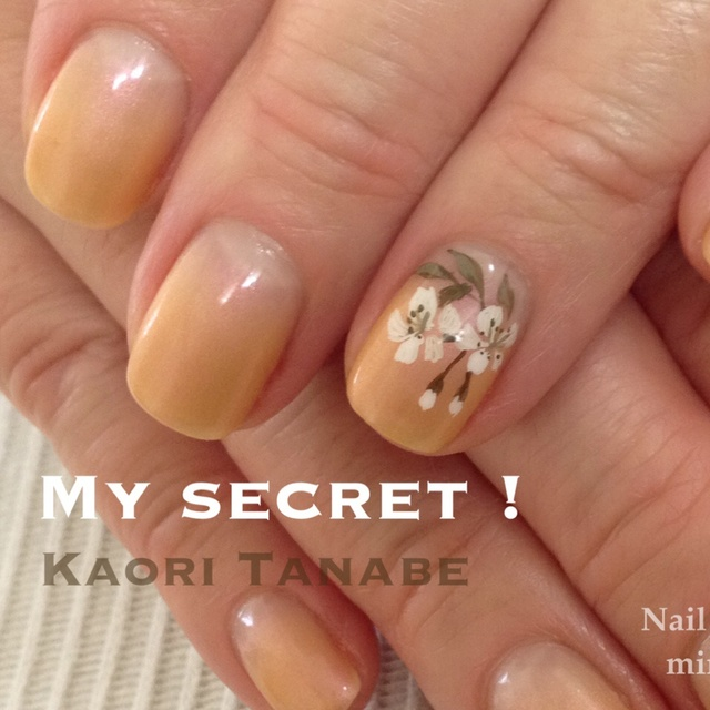 今年最後の桜かな…。カルジェルの顔料を混ぜたベースに、渋いカラーでペイントを1本。 #ショート #スモーキー #ベージュ #グラデーション #フラワー #和 #ハンド #春 #ブライダル #ジェルネイル #お客様 #田邉薫(Kaori Tanabe) #ネイルブック