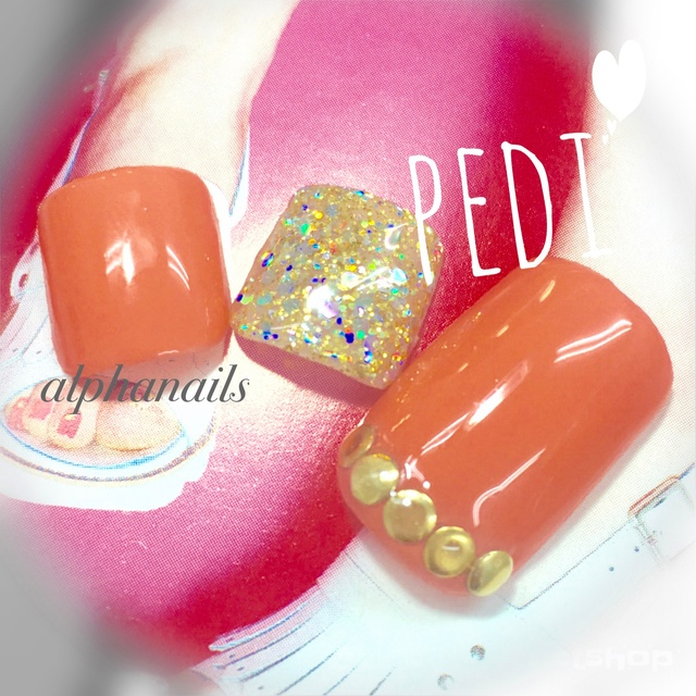 明るいカラーでペディネイル💕健康的なオレンジピンク #ミディアム #ゴールド #ビビット #ピンク #シンプル #トロピカル #マリン #ラメ #ワンカラー #フット #デート #夏 #旅行 #ブライダル #ジェルネイル #チップ #ALPHANAILS #ネイルブック