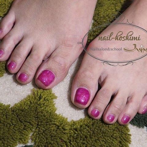 大人ピンクのフットネイル☆親指はダメージ風のデザインです。他の爪は縦グラデーションに。 #ピンク #ジェルネイル #お客様 #フット #MikaHoshikawa #ネイルブック