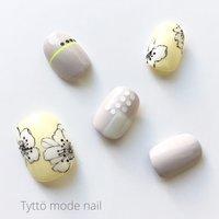 イエロー×アイスグレーでシンプルかつエッジの効いたデザインをご提案します‼︎ #春 #オールシーズン #デート #女子会 #フラワー #ジオメトリック #ドット #ミディアム #イエロー #グレージュ #グレー #ジェル #ネイルチップ #tytto_nail #ネイルブック