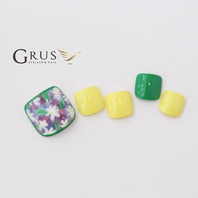 グリーンがポイントのお花柄ネイル♪ #イエロー #グリーン #フラワー #フット #デート #夏 #浴衣 #旅行 #ジェルネイル #チップ #グルス #ネイルブック