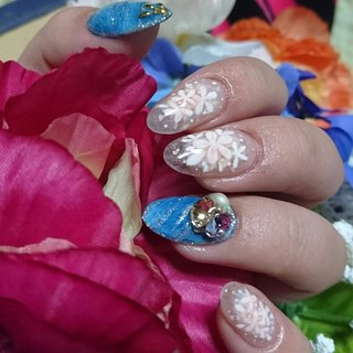 クリアネイル×花×チークネイル×ブルー♪ マイネイル♪ チークネイルっぽく花をちりばめ☆ 蛍光の素材を少し使っているのでクリアのネイルのデザインは実は暗闇で光ります(^.^)✨ #春 #旅行 #リゾート #パーティー #ハンド #フラワー #パール #チーク #デニム #カモフラージュ #ロング #クリア #ピンク #ブルー #ジェル #セルフネイル #M(__)m #ネイルブック