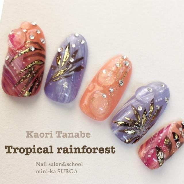 ジュエリージェルで熱帯雨林のイメージを。アクリル粒で本物の水滴みたい♪ #エスニック #3D #トロピカル #イエロー #オレンジ #夏 #パープル #海 #ボタニカル #リゾート #旅行 #ジェルネイル #ミディアム #ハンド #チップ #kaori_tanabe #ネイルブック