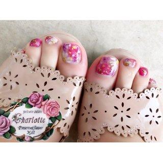 水彩画風がやっぱり人気❤️ フットネイルは、足が綺麗に見える濃いカラーがおすすめです(°▽°) 手描きのお花アートに 今流行りのドライフラワーをON⭐️ #春 #夏 #オールシーズン #海 #フット #フラワー #たらしこみ #押し花 #ショート #ピンク #レッド #イエロー #ジェル #お客様 #privatesalon_charlotte #ネイルブック
