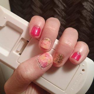 ピンク、黄色、白のタイダイ柄ネイルに初挑戦! 春っぽく、ちょっと派手に。 旅行用。 #春 #旅行 #女子会 #ハンド #タイダイ #ショート #ピンク #イエロー #ゴールド #マニキュア #セルフネイル #mk_panya #ネイルブック