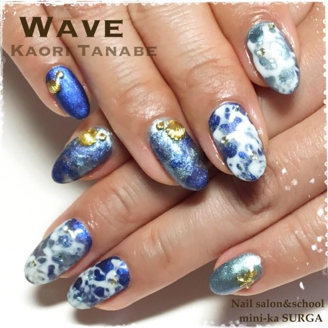 ジュエリージェルでまるで海の波のようなネイルに!このエフェクトは、キラキラのランタナカラーとハジキが美しいトリッキージェルのコラボ♪価格はストーン、パーツ代込み(税込)。 #グラデーション #夏 #ネイビー #海 #リゾート #マリン #ブルー #ジェルネイル #お客様 #メタリック #ミディアム #ハンド #kaori_tanabe #ネイルブック