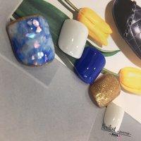 親指は大胆に♪ ほかの指は親指に使った色にするときれいにまとまります(o^^o) #オールシーズン #フット #シェル #タイダイ #ショート #ホワイト #ブルー #ゴールド #ペディキュア #ネイルチップ #Nailist_avenir #ネイルブック