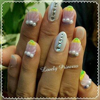 夏らしいネイルです♡ カラフルな貝殻のネイルを3本ずつ作り、他のお指はパールのワンカラーで貝殻を目立たせました♡  #ネイル #ジェルネイル #人魚の鱗ネイル #ワンカラーネイル #人魚の鱗 #貝殻ネイル #シェルネイル #ホワイトネイル #パールネイル #グラデーションネイル #夏ネイル2017 #夏ネイル #凹凸ネイル #クリアネイル #マットネイル #マットコートネイル #手書きネイル #手描きネイル #夏 #海 #リゾート #ハンド #グラデーション #シェル #シースルー #ロング #カラフル #ジェル #お客様 #xAimix #ネイルブック