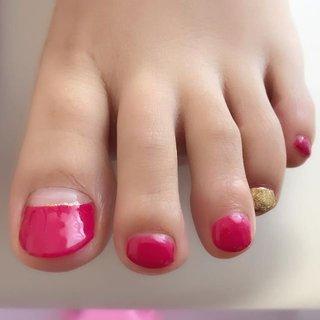 フットの人気カラーで、親指は逆フレンチ、薬指がゴールドラメ。 #nail #nails #ジェルネイル #フットネイル #ペディキュア #プライベートネイルサロンふたば #フットは派手に #夏 #オールシーズン #海 #パーティー #フット #変形フレンチ #ラメ #ワンカラー #ショート #ピンク #レッド #ゴールド #ペディキュア #お客様 #コトウユウキ #ネイルブック