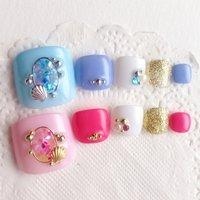 貝殻ブローチフットネイル♡ ピンクとブルーの色違いで作りました(*´꒳`*)  minne.creemaで販売中 #夏 #海 #浴衣 #フット #シェル #マリン #ブローチ #ホワイト #ピンク #ブルー #ペディキュア #RUNA #ネイルブック