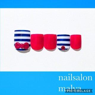 こちらは《フットベーシック05》でご予約可能です💡 こだわったデザインが多いためお値段は¥10900となります✨  以前ソンイちゃん @sunwei1013 がやっていたフットネイルです💅 ブルーのボーダーは夏代表的なデザインでとっても人気です💓  nailsalon malva #夏 #海 #リゾート #フット #マリン #リボン #ショート #ホワイト #レッド #ブルー #ジェル #お客様 #nailsalon malva 原宿店 #ネイルブック